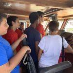 élèves dans la cabine de pilotage du bateau de la douane française